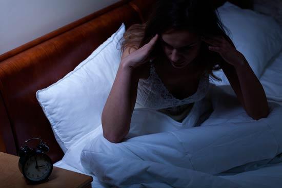 Especialmente se refiere a la migraña durante el sueño, un ataque puede desarrollarse por la falta de sueño - agotamiento suprarrenal