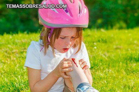 Hematomas y sangrado niña con casco rosado
