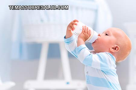 sin tiroides bebé tomando su biberón