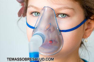 Nena con dificultad para respirar por asma