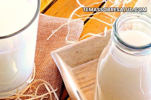 Hormonas en la leche jarras con leche